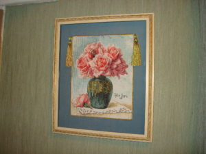 """Оформленная вышивка по схеме """"Розы в вазе""""."""